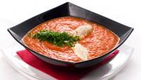 Студена доматена супа със сметана и босилек
