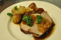Ароматно печено свинско с горчица, бира и гарнитура от картофи соте