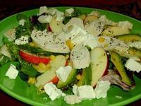 Зелена салата с плодове, рокфор и орехи